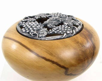 Potpourri lid flower vine bronze country wooden pot. The woods of nature: boxwood
