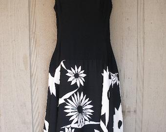 Flattering Classy Black White / Floral Patterned Vintage / 50s Rockabilly Pin Up Dress