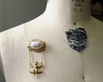 Vintage swinging Cherub Brooch - Cabochon Pearl imitation - Gold tone