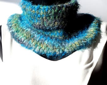 Col snood crocheté and its matching mittens turquoise green and gray.