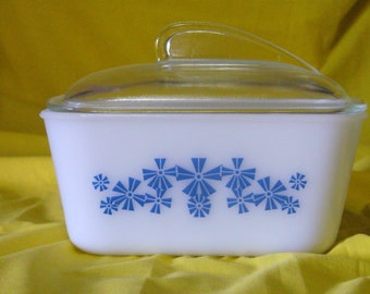 Vintage Glasbake Glass Baking Dish with Fin Lid // Glasbake 1 1/2 qt. Pinwheels Blue and White Retro Covered Glass Casserole Dish
