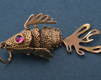 9ct Gold Fish Charm With Red Eyes (688z)