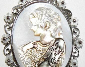 SALE 1 Elegant Glamorous Alloy Metal Pendant with Shell  Bead Silver b2061