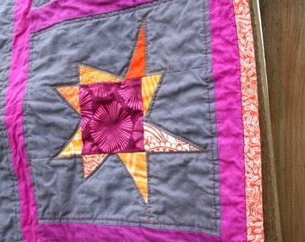 Buggy-Quilt, reisen Bettdecke, Play Mat, Krippe Quilt, Textile Wand hängen in Orange, Pink und grau wackelig Sternen von Nstarstudio