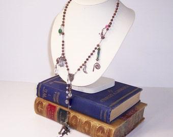 Long collier de charme, chapelet, médailles et beaucoup de croix collier fait main, Boho, Upcycle réutiliser