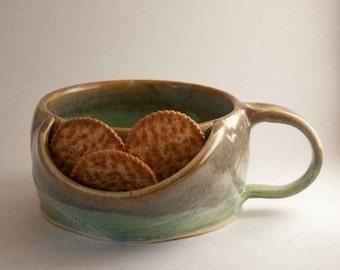 Soup bowl with cracker pocket