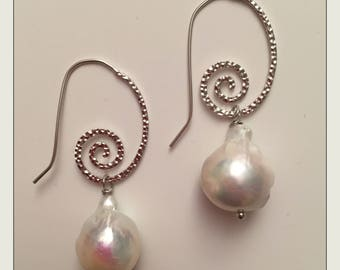 Pendant earrings with Baroque pearl
