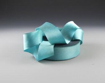 1» Harry Satin de soie bleu AQUA longueur yd 3 fleurs de Lys bleu