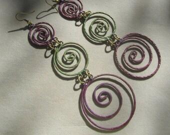 Orecchini pendenti in metallo colorato