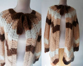 70s Vintage Wool cardigan. Camel, brown and off white zig zag print wool cardigan. Bow collar cardigan