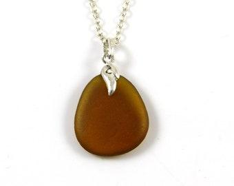 Collier en verre dépoli | Caramel brun | LAYLA | Pendentif en verre mer | Collier minimaliste | Verre de mer anglais | Northumberland | La ligne de rivage