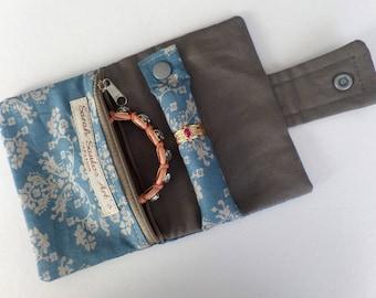 Porte bijoux en coton imprimé vintage et coton uni gris.