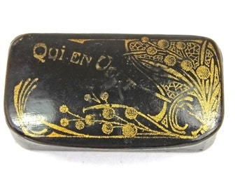 Antique Victorian French papier mache snuff box Qui en veut 'Who wants some?' black lacquer lacquered