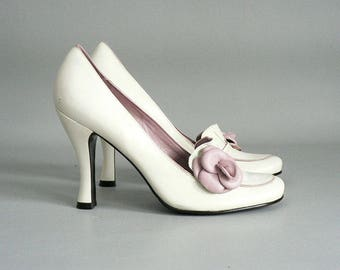 Women 7 Bone / Pink Leather Pump With Pink Flower Front