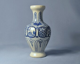 Fine Old Chinese hand painted blue and white porcelain mei ping vase DSC_00340