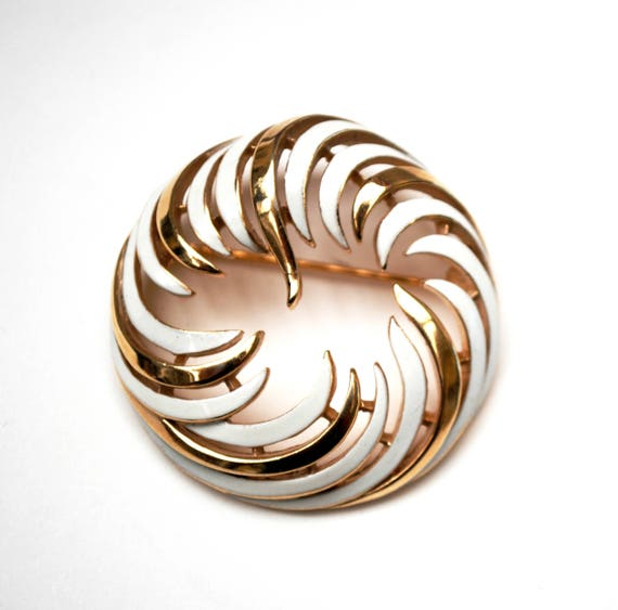Crown Trifari Brooch - White Enamel gold - Mid century - Wreath Round  pin