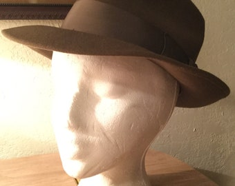 Handsome vintage 1940s men's small brown wool fedora (A399)