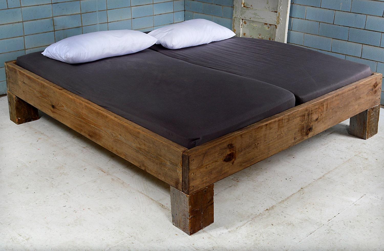 design bett aus recyceltem bauholz dachbalken vignes. Black Bedroom Furniture Sets. Home Design Ideas