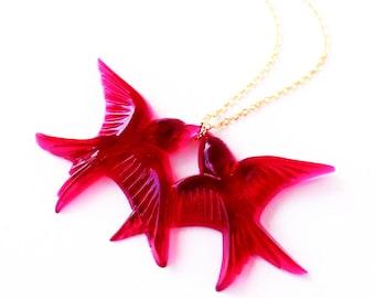 Magenta vintage plastic swallow love birds gold necklace