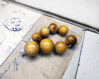 Vintage Japan Wood Beads  - 8 Round Wood Beads  - Shiny Light Honey Brown ROunds - 4 Inch Strand - 12-15mm - Organic Grain Pattern