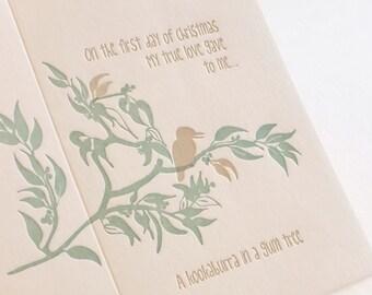 Carte de Noël, typographie, australien sur le thème. GRAND «sur le premier jour de Noël, mon véritable amour m'a donné, un kookaburra dans un arbre de gomme»