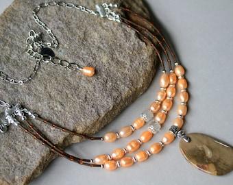 Tan, Pfirsich und Brown drei-Strang Boho-Stil Edelstein und Perlen Halskette