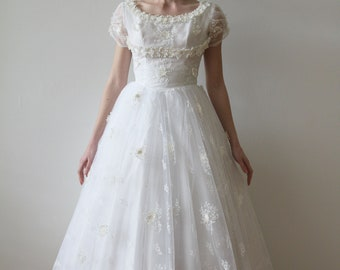 Vintage 1950s Short Sleeved Tulle Wedding Dress with Floral Appliques