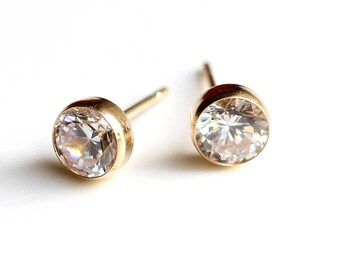 9ct Gold Cubic Zirconia Stud Earrings - 9ct Gold Diamond Earrings - Yellow Gold Round Stud Earrings - Gold Stud Earrings - Earrings  - B56