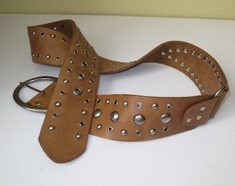 Woman's Vintage Steve Madden Wide Beige Camel Leather Belt, Rocker Belt, Pop Rivets Eyelet belt, Size Large