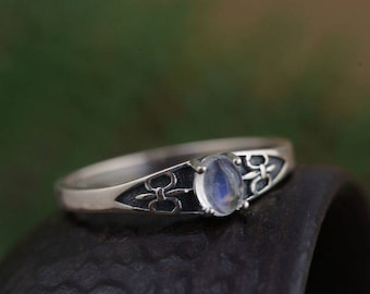 Stunning 925 sterling silver fleur de lis and Moonstone ring