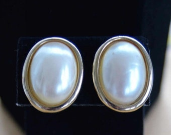 On sale Pretty Vintage Faux Pearl Oval Clip Earrings, Large, Gold tone (M10)