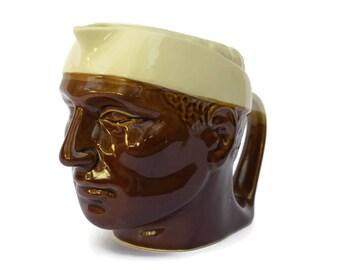 Pichet de boisson Vintage homme de tête. Cruche d'eau tête Corse Français en céramique émaillée.