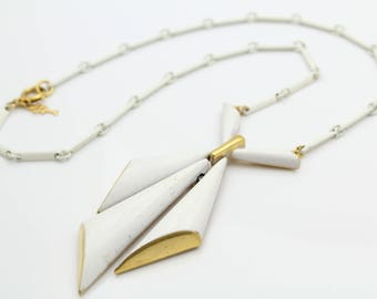 """Vintage 15"""" Necklace by Crown Trifari in White Enamel and Gold Tone Metal. [12057]"""