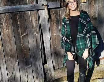 loose-fitting poncho green checkered black and white