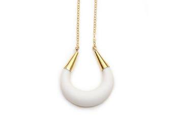 Porcelaine blanche Bijoux Collier - croissant de lune - bijoux de mariage, moderne déesse lune collier cadeau fête des mères de bijoux demoiselles d'honneur