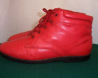 Sz 8 M Vintage Short Fire Engine Red Genuine Leather 1990s Women Danexx Flat Lace Up Ankle Booties.