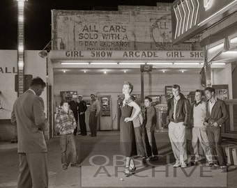 ARCADE GIRL - a crowd watches a pretty girl being photographed - Amazing 1950's Photograph
