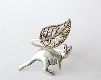 Silver kangaroo ring with a leaf