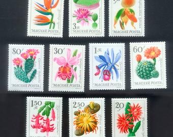 Exquisite Blume Briefmarken aus Ungarn.  Perfekt für veränderte Kunst, Collage, handgemachte Karten