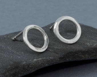 Karma Stud boucles d'oreilles - Boucles d'oreilles minuscules - déclaration argent boucles d'oreilles - Boucles d'oreilles argent