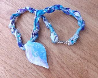 Sari-Seide und Glas-Anhänger, Sari Seide Halskette, Blatt-Anhänger, blaue Halskette, bohohalskette, zigeuneranhänger, Festival Schmuck, Halskette