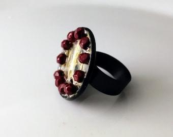 Fingerring déclaration de snakeshed et de perles scellés en laqué brillant. Bijoux de Taxidermie. Fingerring goth. Gravure fingerring bizarrerie de l'homme.