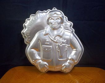 1986 Wilton army man cake pan. Number 2105-2950 Hasbro Inc. In good condition and ready to use.