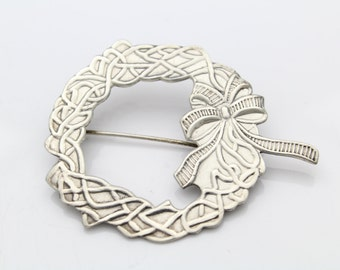 Vintage Sterling Silver Embossed Christmas Holiday Wreath Brooch. [5163]