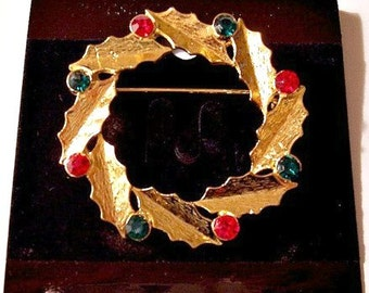 Red Green Crystal Christmas Pin Brooch Gold Tone Vintage Brushed Holly Leaf Crimped Edges Round Faceted Clear Stones