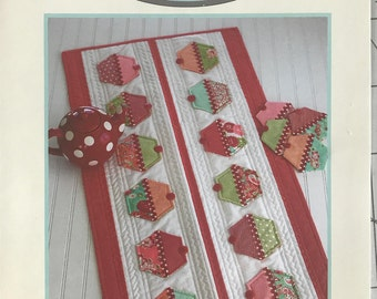 Cotton Way by Bonnie Olaveson - Cupcakes #961 - table runner and coasters