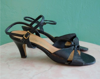 80's navy strappy sandals // leather open toe low heel blue sandal ~ size 8 / 39