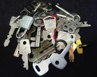 30x Vintage Keys Lot... Found Items... Altered Art... Assemblage Collage