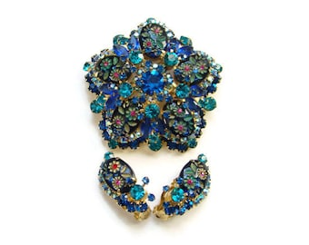 1965 Juliana Brooch Earrings Set Blue Rhinestone Engraved Flower Ovals D&E DeLizza Elster