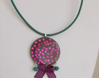 Round pendant necklace with resin and stars fuchsia